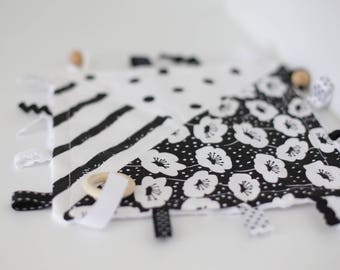 Taggie Blanket/Crinkle Toy/Taggie Blanket/Monochrome/Teether/Sensory Baby Toy/Black and white/Montessori Baby Toys/Busy Blanket