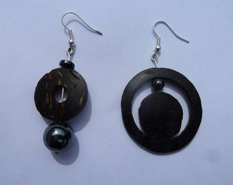 Asymmetrical earrings made of coconut and hematite