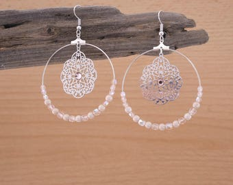 Hoop earrings in nude pink and beige beads with silver prints (BO40)