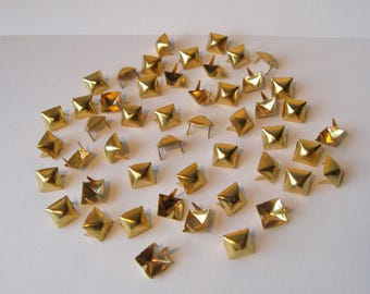 Set of 50 square nails, 9 mm, gold tone pyramid.