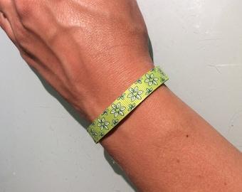 Green bracelet with flower motifs