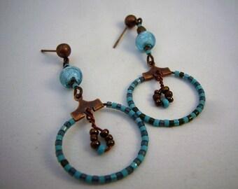 Boucles d'oreilles créoles bleues et bronze avec perles miyuki. Anneaux oreilles percées laiton, cuivré. Bijou pièce unique Made in France.