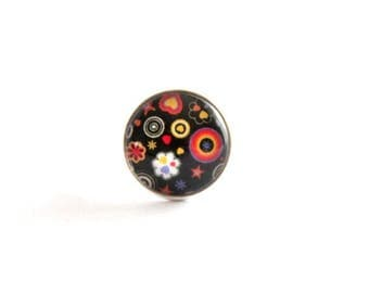 Adjustable ring with cabochon flower on black background