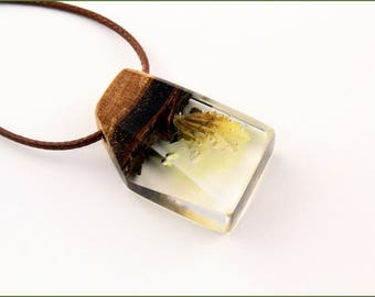 Wooden pendant with real flower in resin