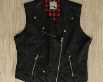 Ladies Levi's Black Faux Leather Motorcycle Vest Full Zip Buffalo Plaid Lining Superb BELIEVABLE Faux Leather Size Large