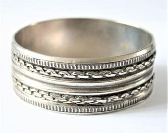 Vintage boho bangle.  Silver metal bracelet. Ethnic style bracelet.  Vintage jewellery