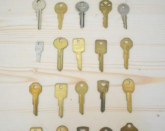 Lot of 30 vintage keys