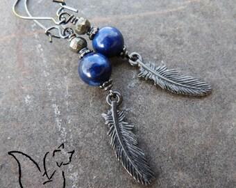 Boucles longues crochets métal noir et breloque plume pierre lapis lazuli