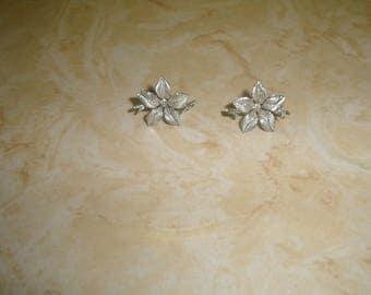 vintage screw back earrings silvertone flower lisner