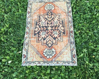 "Tribal Medallion Pattern Vintage Turkish Yastik Rug,Faded Colors Handmade Small Size Rug,Bath Mat,Front Door Rug,Mat,Pas Pas Rug 1'7""x2'6"""