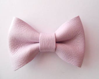 Leather knot of light purple color of 4.5 x 3 cm