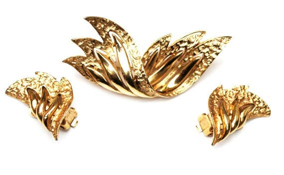 Kramer  Brooch and earring set - Mid century - gold metal - winged wave - design pin