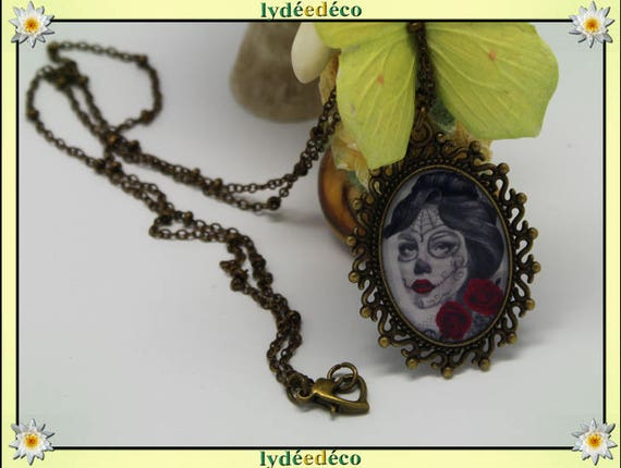Necklace, retro woman Muerte red white and grey Medallion retro vintage resin and brass Locket 18 x 25mm