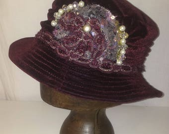 1920'S VELVET BURGUNDY RIBBON DECORATED HAT, SEQUIN AND BEAD
