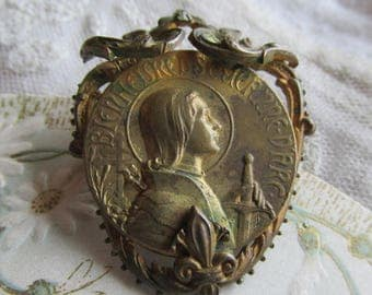 "Antique Joan of Arc  Brooch. French. Early 1900 s "" Blessed Crown of Arc "" Gold Tone . Clear Paste. Fleur De Lis"