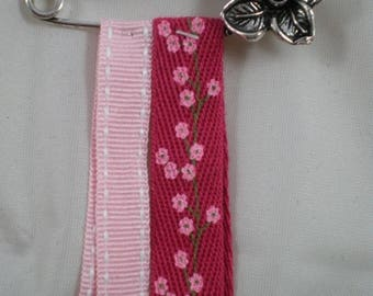 Broche013 - Flower brooch and pink ribbons