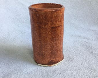 Pink/rust glazed small tumbler with arrow design