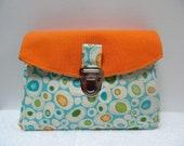 Réservée Pochette à soufflets  façon cartable en tissu turquoise et orange