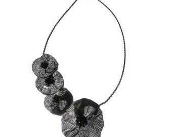 Collier fleur, collier noir blanc, collier wax, collier femme, collier tissu, collier tissu africain, collier tissu wax, cadeau noël