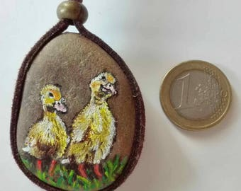 Hand-painted natural stone pendant with an animal motif (two ducklings), original and unique, artisan work. Vegan product.