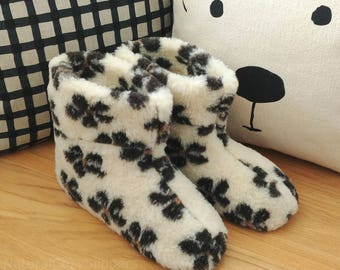 Woman's Ladies Natural Sheep Wool Boots Slippers in Flowers Pattern with Real Suede Leather Sole