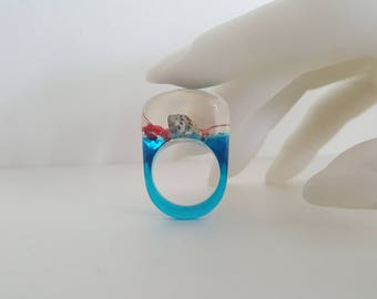 Kitschy Lucite Under The Sea Ring - Seashell  Suspended in Ocean Blue and Clear Lucite - Size 6 3/4 - 1980s Mod Pop
