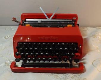 OLIVETTI Valentine. Machine à écrire rouge. Typewriter Vintage. Design Ettore Sottsass. Italie