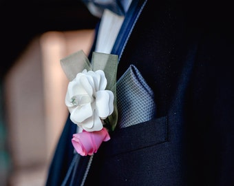 Groom pin fitting to your bridal bouquet in the corresponding colors.