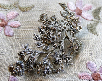 Pretty leaf-shaped 1940s marcasite brooch