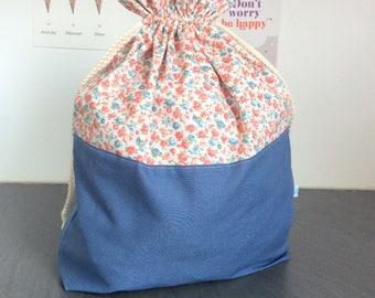 Pochon XL avec des fleurs bleues et roses en coton ou sac à encours tricot ou crochet