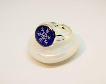 Cabochon ring, adjustable. Silver colors. Motive: Snowflake