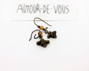 """Boucles d'oreilles : """"les p'tites abeilles"""" en métal bronze et mini perles en verre jaunes"""
