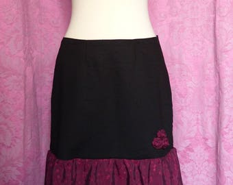 Flared skirt black size 42 and + with ruffle and red roses