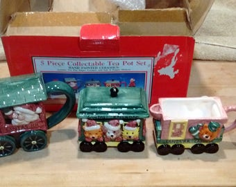 Fitz & Floyd Omnibus 1995 Santa's Railroad 5 Piece Collectible Tea Pot Set Hand Painted Ceramic, Made in China