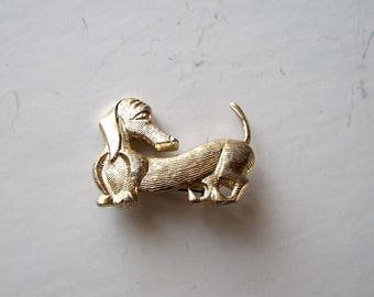 vintage dachshund pin, made in Hong Kong . gumball machine or cracker jack prize style pin brooch . gold tone dog pin 60s 70s