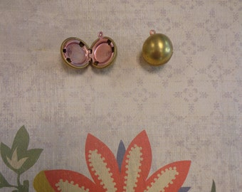 Vintage Ball Locket, Antique Brass, 18mm Holds 2 Pictures ( 2 PC)