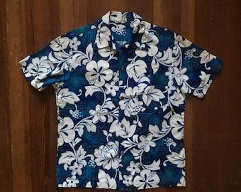 Vintage 1960s Mens LUAU SPORTSWEAR Cotton Tiki Print Button Up Hawaiian SHIRT Size Medium Large Loop Collar Made In Hawaii Mod