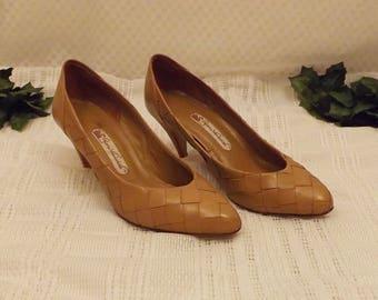 Vintage Gloria Vanderbilt Tan Basket Weave Pumps Size 7 1/2