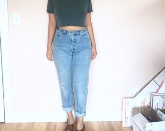 light wash high waist mom jeans // vintage // size 27 inch waist