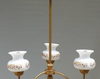Lustre vintage. Lustre des années 60. Abat jours en opaline et motifs floraux dorés.
