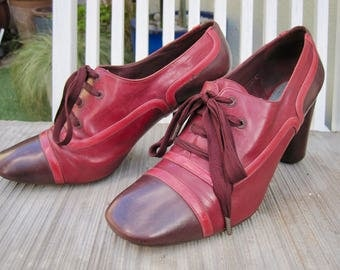 Vintage Marc Jacobs burgundy and ox blood 1940s style ladies shoe in size 5