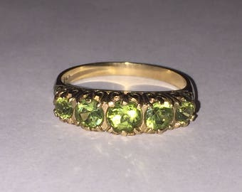 Vintage 5-stone Half Hoop Peridot ring in 9K Yellow Gold. Circa 1960's.