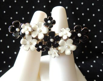 Two Finger Ring 1960s Black White Enamel Flowers Faux Pearl Centers Sizes 5.5 and 6.5