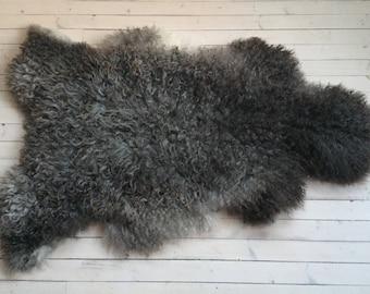Interior rug beautiful sheepskin Norwegian pelt volumous sheep skin curly dark grey throw 18019