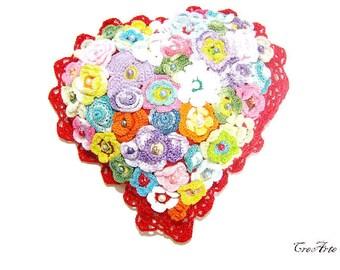 Red crochet pillow heart with flowers, piccolo cuscino rosso a forma di cuore con fiori all'uncinetto