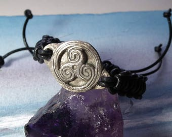 Unisex Triskelion bracelet, celtic symbol  in white bronze and black leather macrame leather  - Ajustable bracelet  for men or women