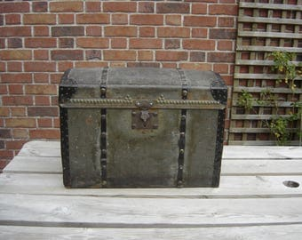 Vieux coffre grand-mère. Old wood safe. France
