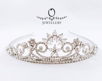 Sophisticated tiara with rhinestones