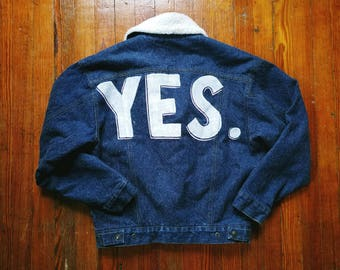 """vintage faux shearling sherpa lined denim jean jacket hand-painted """"yes"""" size medium / large"""
