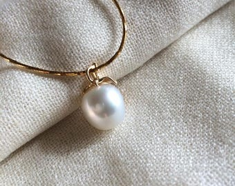 Genuine 13mm south sea white pearl and hallmarked 18ct/18k yellow gold pendant